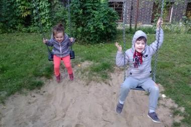 Spacer i zabawa na placu